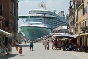 """Um cruzeiro avança pela cidade. Cena de """"A Sídrome de Veneza""""."""