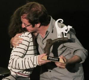 """Daniel Augusto recebe o prêmio por voto do público pelo filme """"Amazônia Desconhecida""""."""