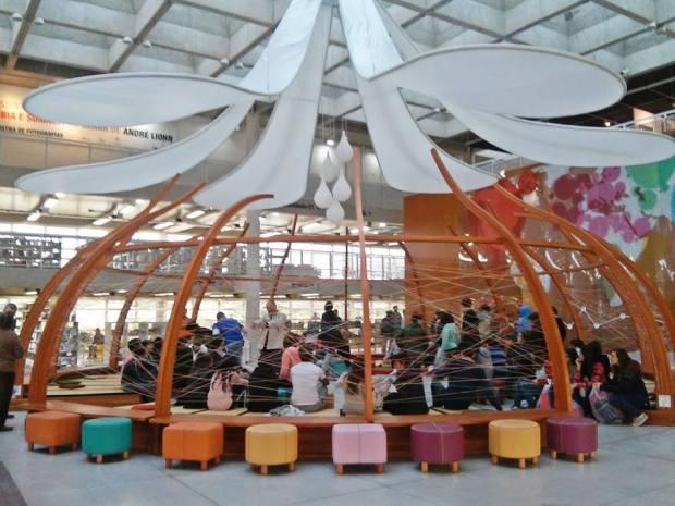 Estudantes se reúnem na Biblioteca do Parque Villa-Lobos antes da sessão de cinema Ecofalante